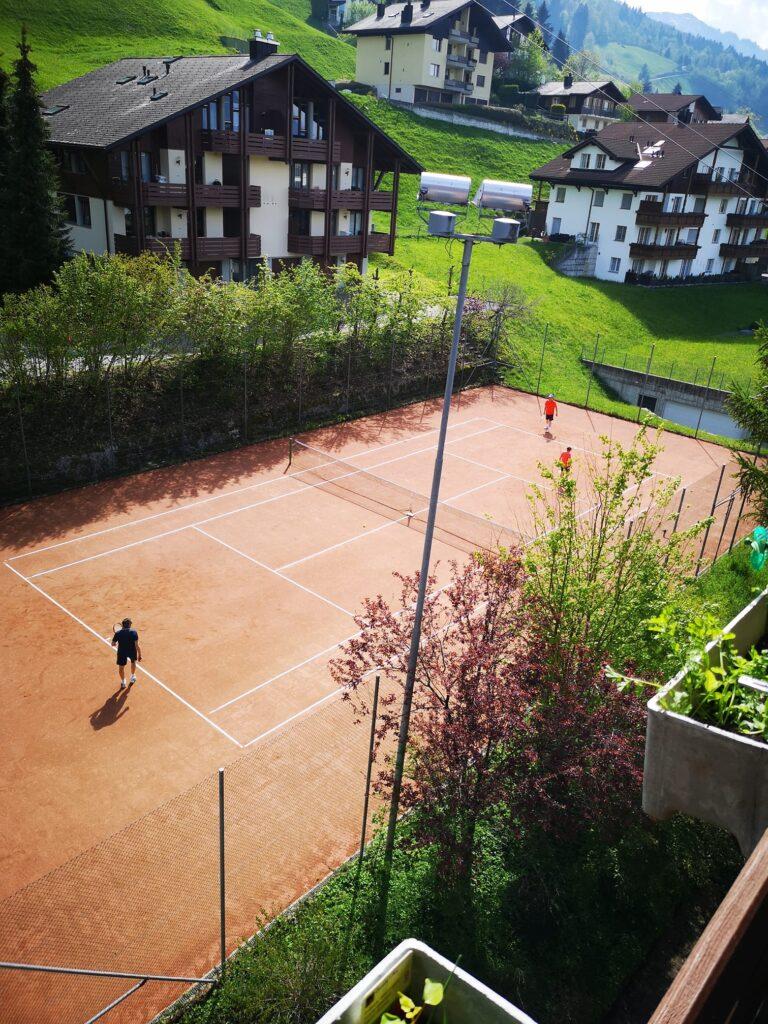 Der öffentliche Sand-Tennisplatz in Emmetten steht jeweils von Frühling bis Herbst zur Verfügung.